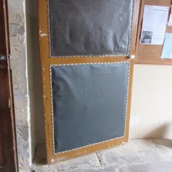 la porte capitonn e se refait une sant le petit journal. Black Bedroom Furniture Sets. Home Design Ideas